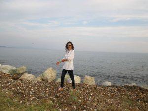 Tatin Giannaro, die Schriftstellerin, in dunkelblauer enger Jeans und langer weisser Leinenbluse
