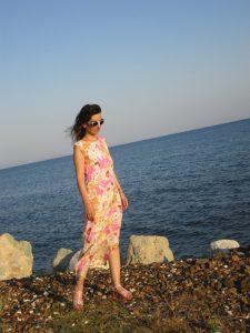 Tatin Giannaro, die Schriftstellerin, im langen, blumenreichen weiss-rosa Kleid