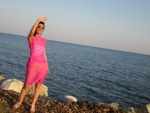 Tatin Giannaro, die Schriftstellerin, im Kleid aus pinkfarbener Spitze