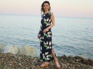 Tatin Giannaro, die Schriftstellerin im langen blauen Kleid mit weissen Blumen