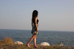 Tatin Giannaro sieht Buchideen am Meer im Sommer-Outfit von Aik Spyrido