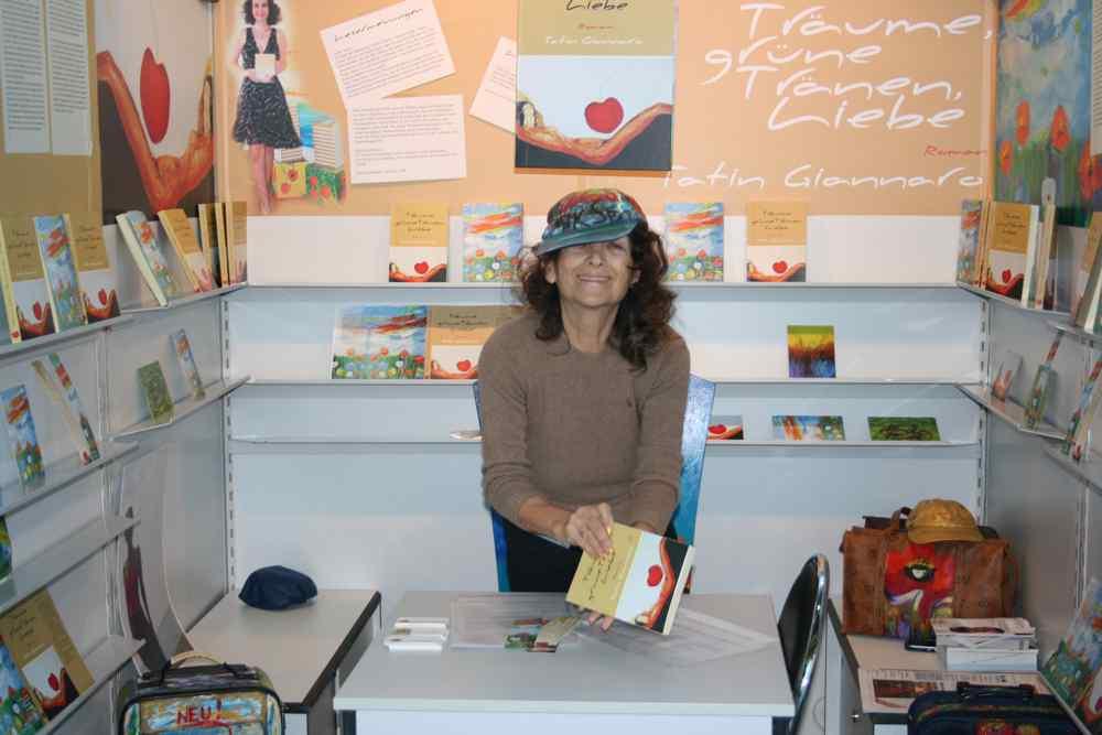 Buchmesse 2009 Aik Spyrido mit Roman von Tatin Giannaro