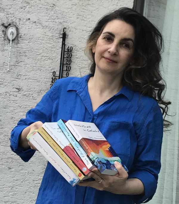 Autorin Tatin Giannaro mit ihren Büchern