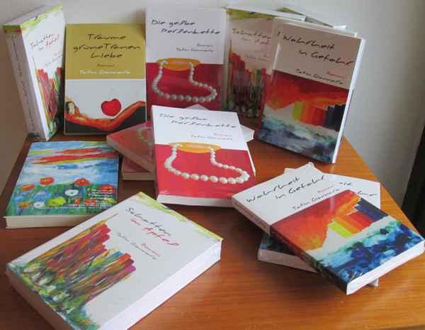 Tisch mit Büchern von Tatin Giannaro